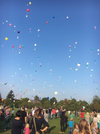 Luftballons über dem Schulhof